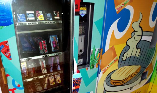 Una máquina expendedora de productos eróticos | El Mundo