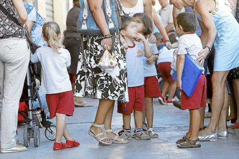 Varias madres acompañan a sus hijos a la entrada del colegio. | José Cuéllar