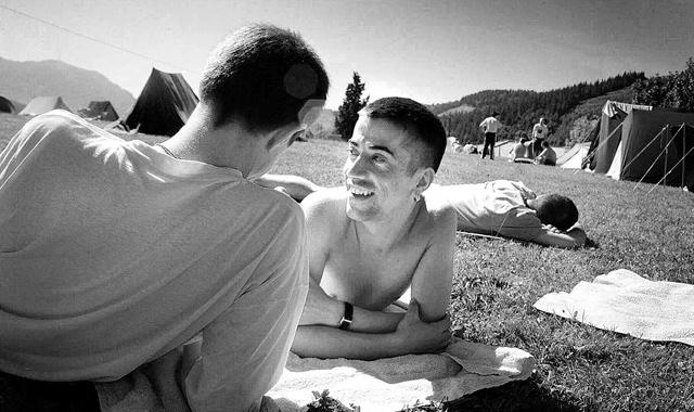 Dos chicos en una acampada de jóvenes homosexuales. | El Mundo