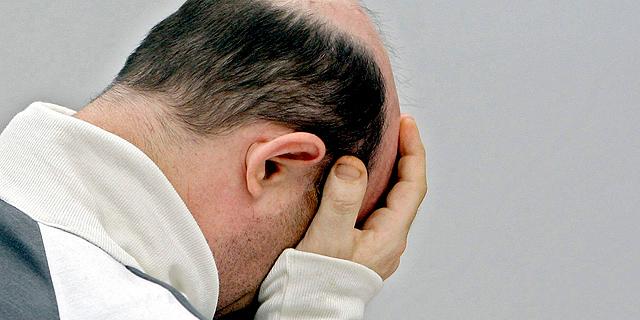Martínez Singul se cubre el rostro con las dos manos