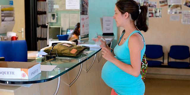 Una mujer embarazada en un hospital de París.| AFP