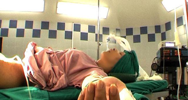 Fotograma del documental 'Alondra' de Cuatro donde se ve una operación de cambio de sexo.