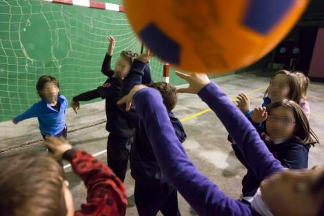 Varios niños juegan a la pelota en un polideportivo.| Iñaki Andrés