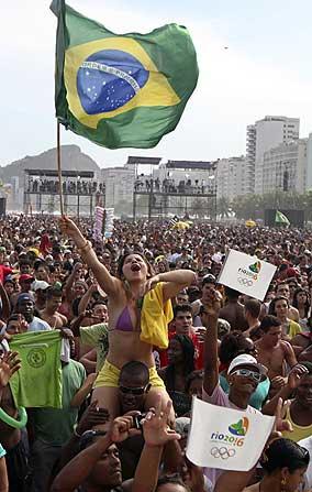 Copacabana festeja la elección de Río de Janeiro como sede de los Juegos de 2016. (AP)