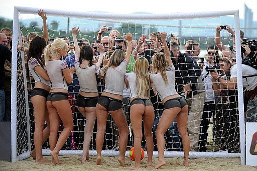 Austria-Alemania. 10-5. Partido de chicas desnudas