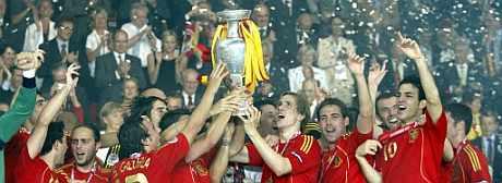 Los jugadores españoles levantan 'su' Copa de Europa. (EFE)