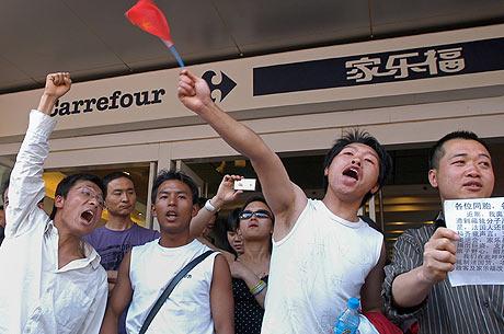 Un grupo de personas se manifiesta a la entrada de uno de los supermercados pidiendo el boicot. (FOTO: AFP)