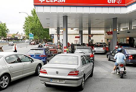 Colas en una gasolinera ante la posible falta de combustible. (Foto: Sergio González)