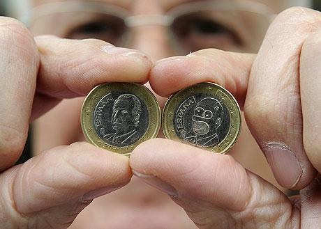 José Martínez muestra la moneda encontrada en comparación con una de curso legal. (Foto: REUTERS)