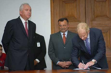 El director Ejecutivo de Holcim, en el momento de estampar su firma tras el acuerdo alcanzado con el Gobierno venezolano. (Foto: EFE)