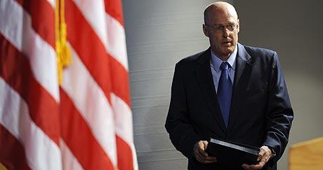 Paulson, antes de su rueda de prensa en Washington. (Foto: AP)