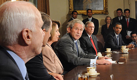 Bush y los participantes en la reunión del Capitolio, entre ellos Obama y McCain. (AFP)