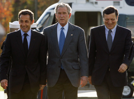 Sarkozy, Bush y Barroso, en Camp David. (Foto: REUTERS)