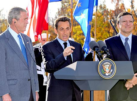 Bush, Sarkozy y Durao Barroso, en Camp David. (Foto: EFE)