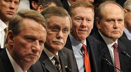 De izqda. a dcha.: Wagoner, presidente de GM; Gettelfinger, presidente del sindicato UAW; Mulally, presidente de Ford; y Nardelli, presidente de Chrysler, en el Capitolio. (Foto: AP)