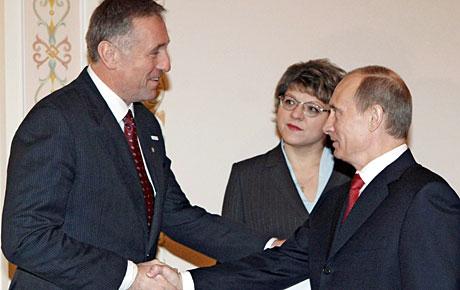 Putin (dcha.) y su homólogo checo, Mirek Topolanek, este sábado en Moscú. (Foto: EFE)