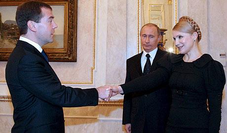 El presidente ruso, Medvedev, saluda a primera ministra Timoshenko en presencia de Putin. (EFE)