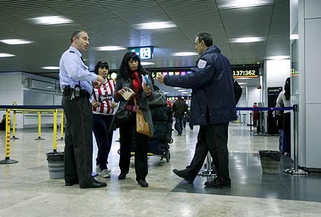 Dos mujeres ante un control de seguridad del aeropuerto de Barajas, Madrid, antes de partir hacia Buenos Aires este miércoles. | Efe