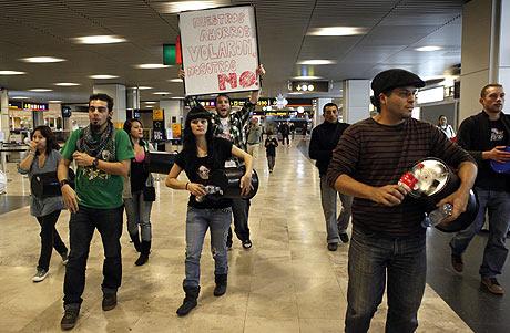 Pasajeros de Air Comet protestaban en el aeropuerto de Barajas el día de Navidad ante el cierre de la compañía, Madrid. | Antonio Heredia