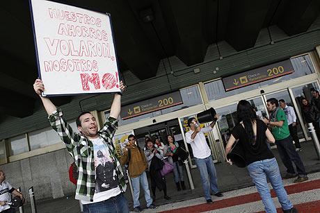 Un pasajero afectado por el cierre de Air Comet protesta en Barajas. | Antonio Heredia