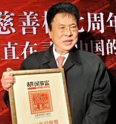 Pengnian, con la placa que le acredita como el hombre más generoso de China. | Afp