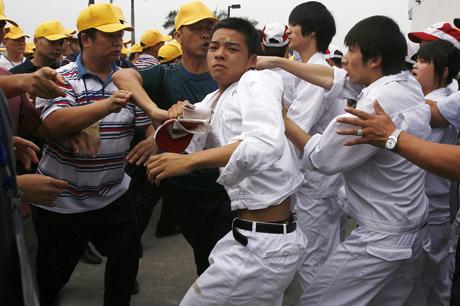 Trabajadores de Honda en China (d.) se enfrentan a sus supuestos 'representantes', que ellos desconocen. | Reuters