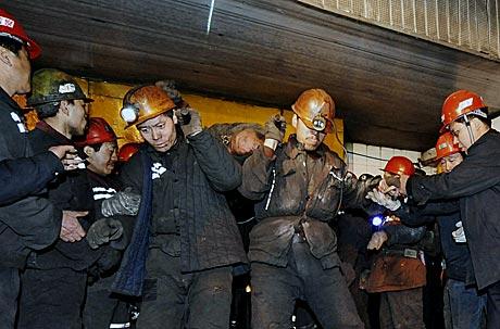 Un grupo de mineros chinos rescata un cadáver | AFP