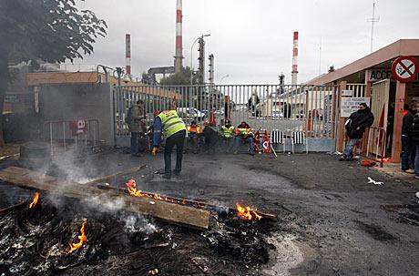 Huelguistas bloquean la entrada de la refinería de Total en Grandpuits, al este de París. | AFP