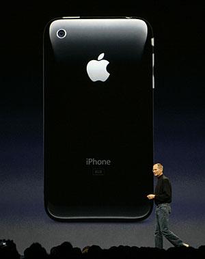 Jobs, ante la característica parte trasera del dispositivo. (Foto: AP)