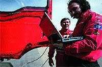 Uno de los ingenieros comprueba la telemetría (datos y parámetros) del vehículo.