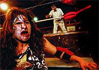 """El rostro de Jennifer """"Dos Caras"""" muestra, ya fuera del cuadrilátero, las secuelas del combate. El árbitro del encuentro la descalifica por abandono."""