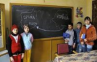 Los niños de la escuela de Bragadiru, con padres trabajando en España, van mejor vestidos y padecen menos la ansiedad de la pobreza, según su profesora.