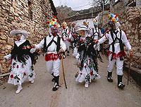 En el carnaval de Almiruete portan cencerros sujetados a la espalda para 'espantar a los espíritus.