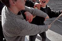 Imagen de dos alumnos en plena disputa durante el tiempo de recreo. / BERNARDO DÍAZ