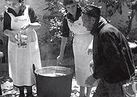 Muchachas de Auxilio Social reparten comidas a los ancianos en Vinaroz, Castellón, en mayo de 1938. (Foto: EFE)