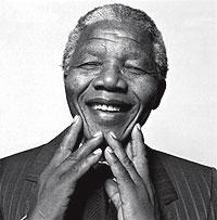 Blanco y negro. La imagen de Nelson Mandela sonriendo y con los ojos cerrados es una de las más difundidas del hombre que derribó el 'apartheid' en Sudáfrica. La tomó el fotógrafo sueco Hans Gedda en 1990.