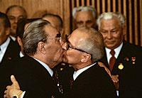 Un beso con sabor a Guerra Fría. Los presidentes soviéticos Brézhnev (izq.), y de Alemania Oriental, Honecker, se felicitan en las celebraciones por el 30 aniversario de la RDA, en 1979. La foto es de Régis Bossu.