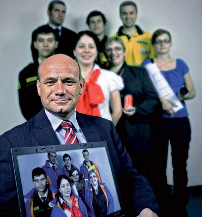 Joaquín Ferrer, de 46 años, con siete de los tres millones de personas que han encontrado trabajo a través de Infojobs