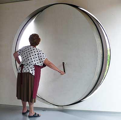 OREANDO La chacha Guadalupe abre uno de los enormes ojos de buey de la casa Koolhaas, en Burdeos.