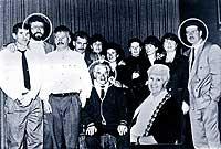 Gerry Adams padre y su mujer Annie, con sus 10 hijos. Abusó de muchos de ellos. Gerry Adams hijo, el segundo por la izquierda. Liam, también pederasta, el primero por la dcha. / PACEMAKER