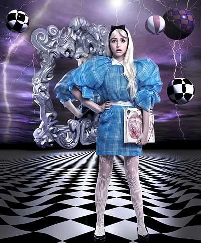 ÉRASE UNA VEZ...Ana de Armas en el papel de AliciaEn 1862, Lewis  Carroll inventó una historia para entretener a unas niñas. Hoy, es uno  de los cuentos más leídos de la literatura infantil: Las aventuras de  Alicia en el País de las Maravillas. Su segunda parte se tituló A través  del espejo y lo que Alicia encontró allí.