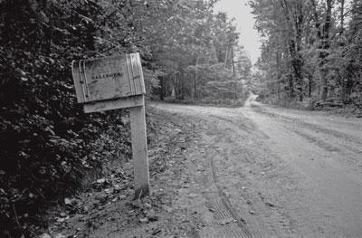 SU BUZÓN. El fotógrafo Ted Russel captó los alrededores de la casa de Salinger y al propio escritor