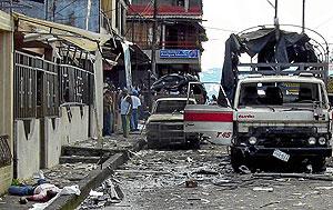 Un hombre yace muerto tras un atentado de las FARC en Buenaventura (Colombia) en 2007. (Foto: AFP)