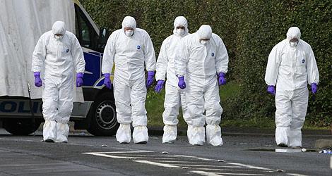 Los forenses buscan pruebas a las puertas de la base atacada. | Afp
