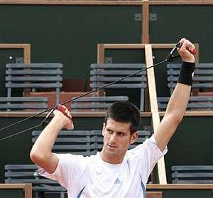 Djokovic hace estiramientos en Roland Garros. (AP)