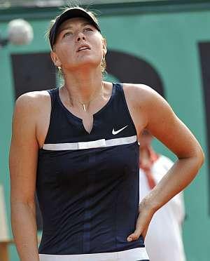 Sharapova se lamenta tras perder con Safina. (Foto: EFE)