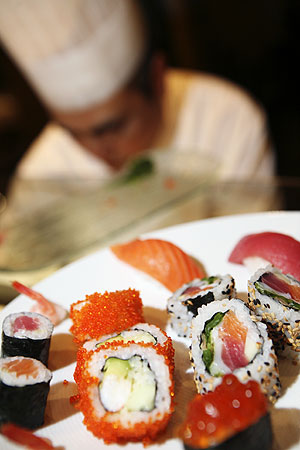 Un cocinero prepara sushi. (Foto: Antonio M. Xoubanova)