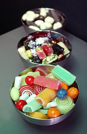 Recipientes con gominolas y caramelos. (Foto: Bernabé Cordón)