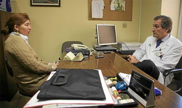 Un médico charlando con una paciente.  Fernando Ruzo.